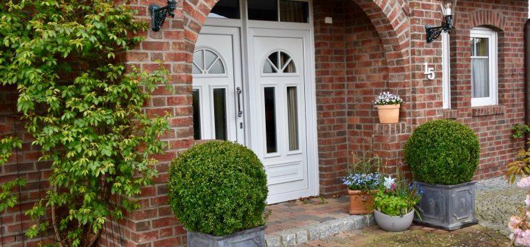 Urlaubstipps – Haus – Hauseingang – Buchs schnippeln – Franks kleiner Garten