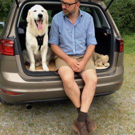 Sommer - Hitze - Hund - Kofferraum - Bruno & Frank im Auto