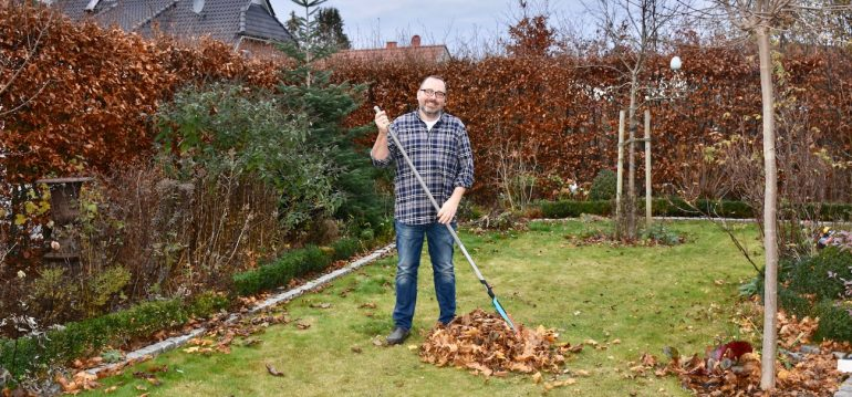 Nachhaltig Gärtnern - Laub rechen - Franks kleiner Garten